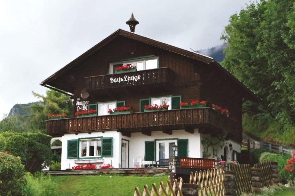 Alpesi ház a hegyen