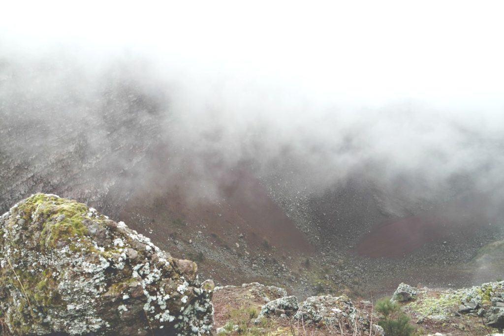 Vezúv kráter ködben